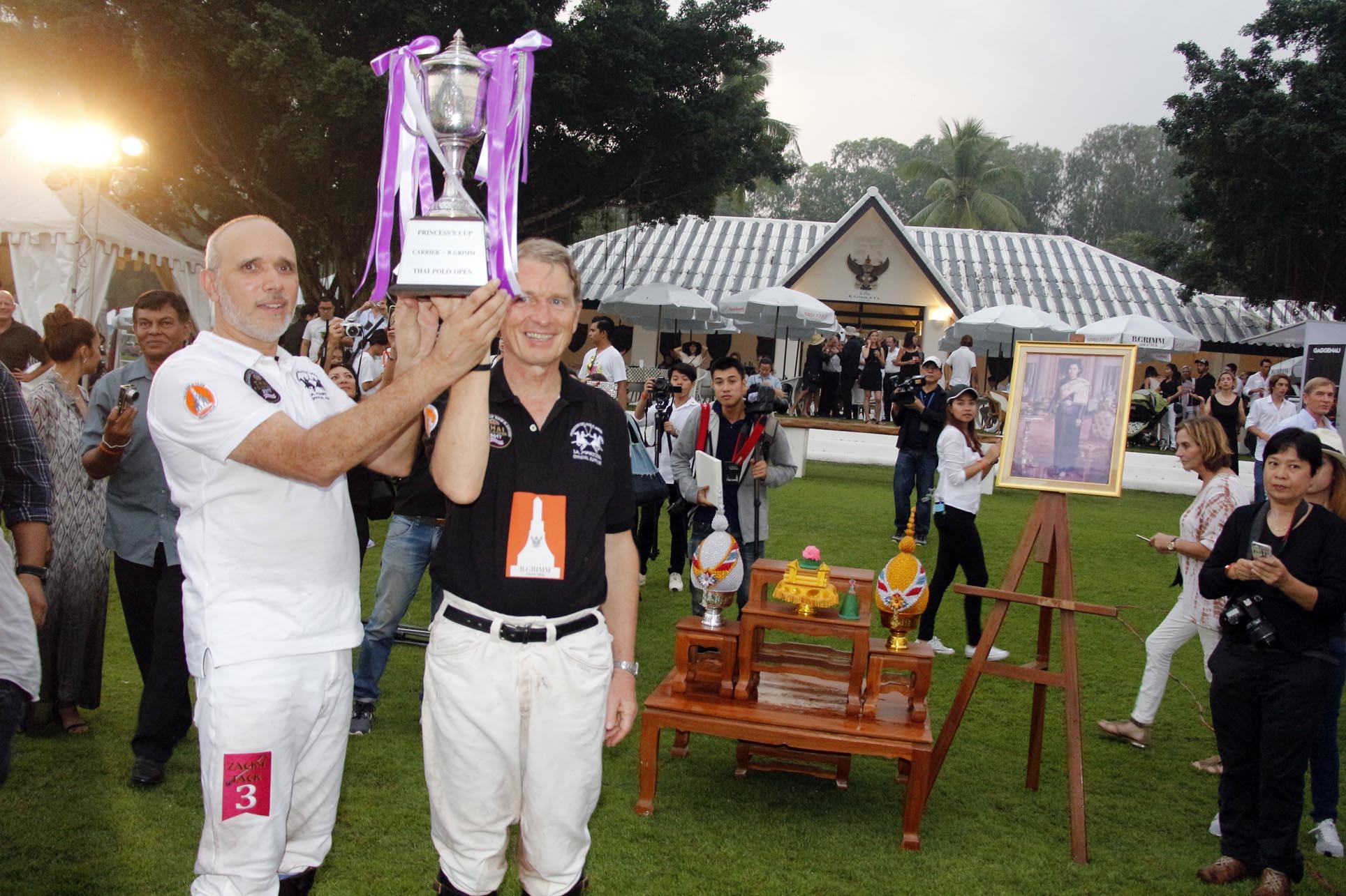 """(มีคลิป) สุดยอดมิตรภาพ ไทยโปโล กอดคอ ลาฟามิเลีย ครองแชมป์ร่วมแข่งขันขี่ม้าโปโลการกุศล """"แคเรียร์ – บี.กริม ไทย โปโล โอเพ่น 2017"""" ชิงถ้วยพระราชทานสมเด็จพระเทพรัตนราชสุดาฯ สยามบรมราชกุมารี หารายได้สมทบทุนโรงเรียนจิตรลดา"""