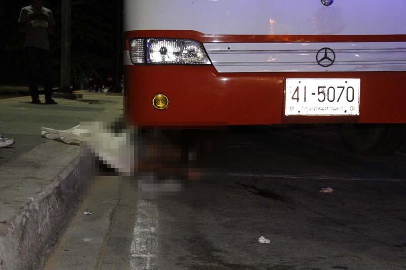 (มีคลิป)  นทท.ต่างชาติเดินวีดีโอคอลริมถนนถูกหนุ่มรัสเซียซิ่งเก๋งชนดับใต้ท้องรถทัวร์มหาลัยดัง เผยเห็นศพถึงกับก้มกราบ