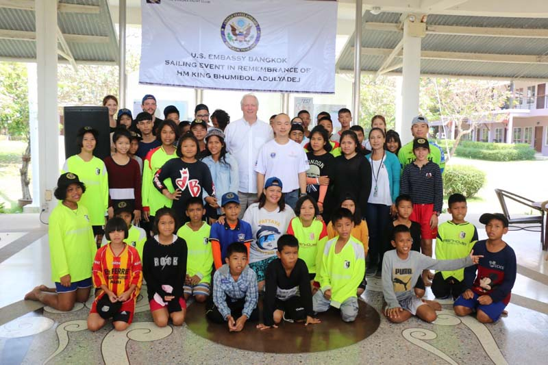 สถานทูตสหรัฐอเมริกาประจำประเทศไทย ดึงนักแล่นเรือใบระดับโลก จัดกิจกรรมเทิดพระเกียรติในหลวงรัชกาลที่9 สอนการแล่นเรือ และทดลองแล่นเรือใบแก่เด็กด้อยโอกาส