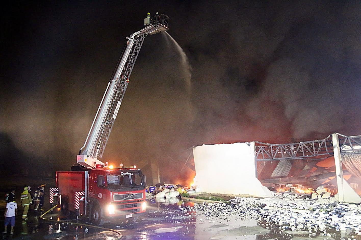 ไฟไหม้โรงงานจำหน่าย ที่นอน หมอน เครื่องนอน เสียหาย หลายร้อยล้านบาท