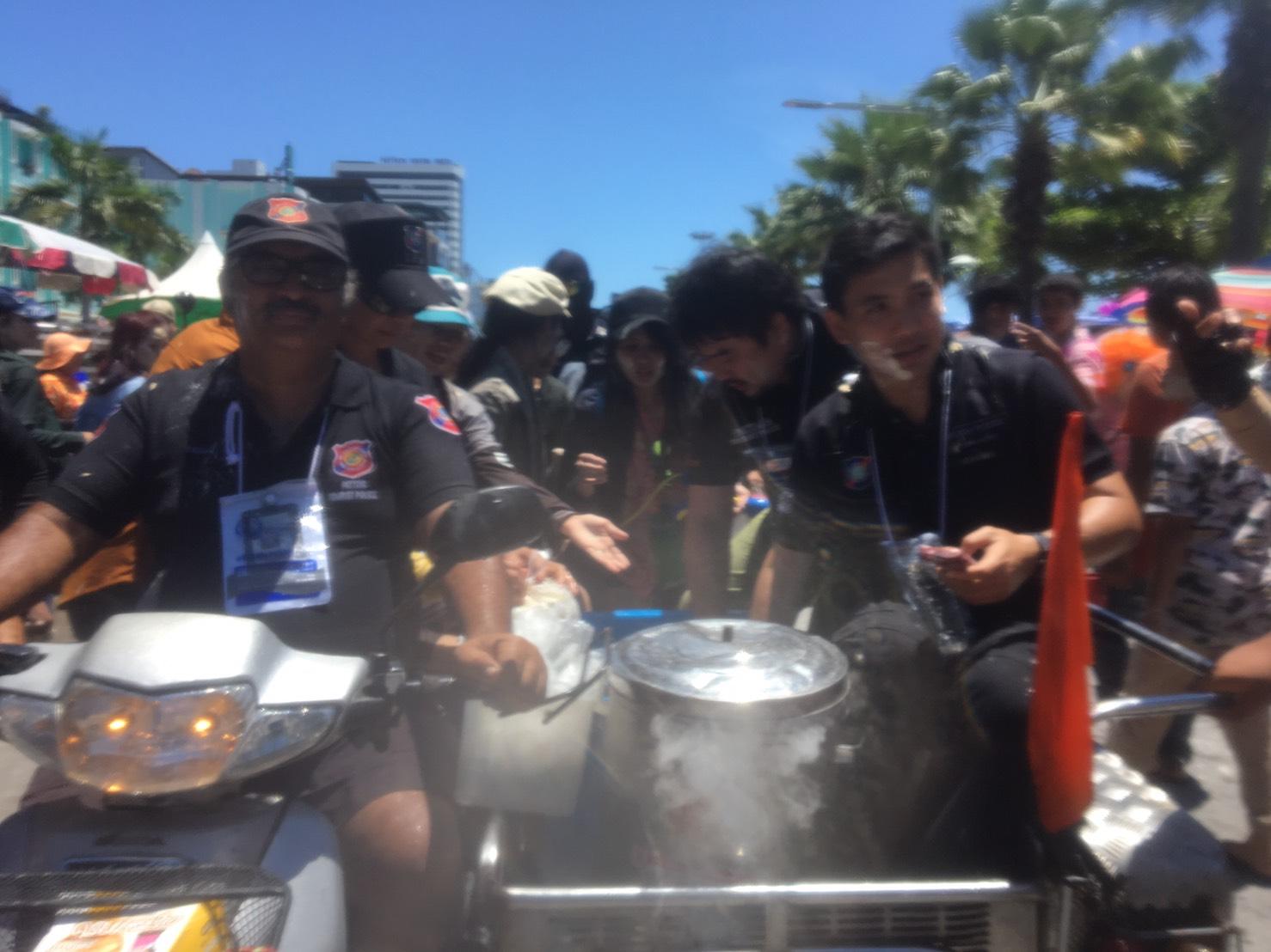 (มีคลิป) นักท่องเที่ยวนับหมื่นแห่เล่นน้ำวันไหลพัทยา ด้านตร.ท่องเที่ยวพัทยาแจกไอศกรีมดับร้อน