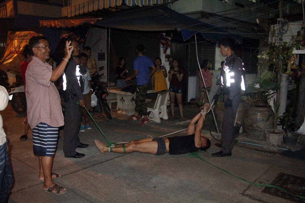 (มีคลิป) ตำรวจ พลเมืองดี จับวุ่นต่างชาติคลั่งวิ่งบนหลังคาทำลายข้าวของชาวบ้าน